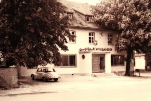 """Das Gasthaus Volker in den 1950-er Jahren. Der DKW galt damals als """"schickes Auto""""."""