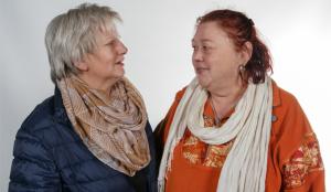 Die 1. Vorsitzende des Vereins Der Steg, Edda Heimann (rechts) im Gespräch mit Gruppenleiterin Waltraud Kardel. foto:kasse