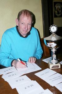 Papierkram: Roland John fungiert bereits seit 1991 als Turnierleiter bei den Hallen-Masters.