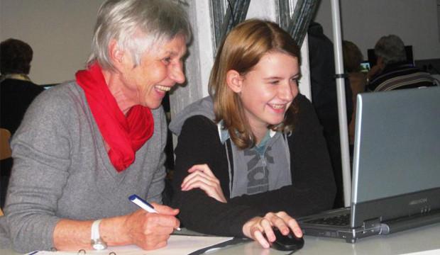 Senioren lernen von Schülern Umgang mit PC und Smartphone