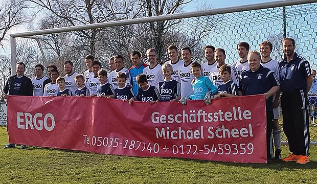 Die I. Herrenmannschaft und die E-Junioren im neuen Dress.