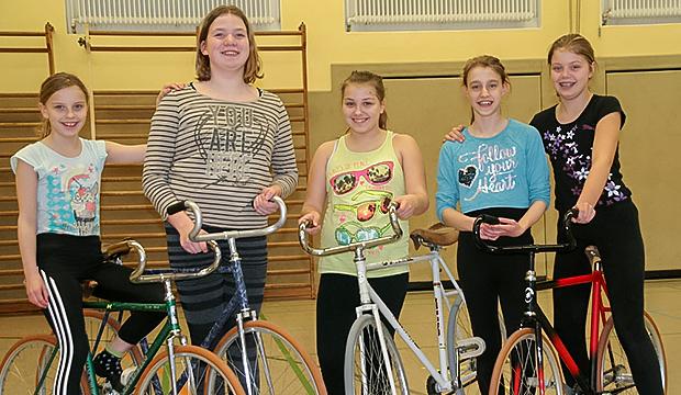Teamfoto: Lisanne, Lena, Dorkas, Jaqueline und Melina (von links) – die Kunstradfaherinnen des RV Victoria Stemmen. Fotos: Serreck