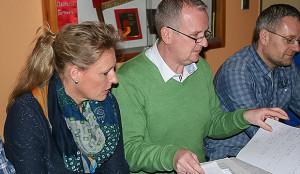 Vorstandsarbeit: Torsten Seebeck gab einen umfangreichen Vorstandsbericht – links die scheidende Frauenabteilungsleiterin Clementine Seebeck sowie rechts der 1. Vize-Präsident Martin Surau.