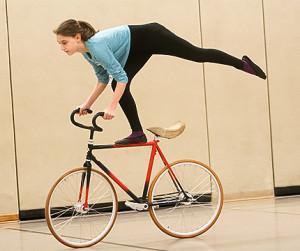 Übung auf einem Bein: Auch Jaqueline beherrscht die Figur.