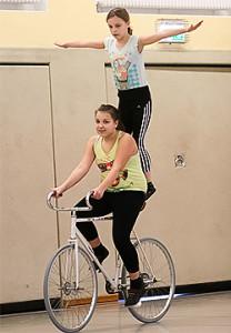 Tandem: Dorkas und Lisanne auf einem Rad.