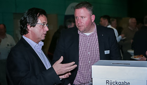 Im Gespräch: Karl-Heinz Neddermeier (links) vom Schwimmclub Barsinghausen und Barsinghausens Erster Stadtrat, Dr. Georg Roba.