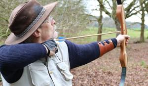 Die Ausrüstung: Neben dem Bogen gehört auch ein Unterarmschutz dazu.