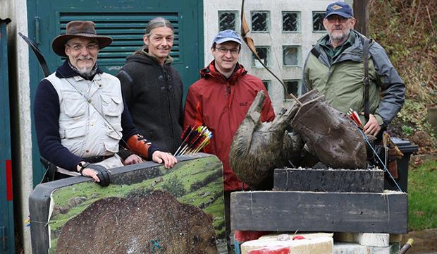 Eingepackt: Die Horrido-Schützen Brüggemeyer, Muth-Schauer, Bauer und Rathmann (von links) beim Training im Deister.   Fotos: Serreck