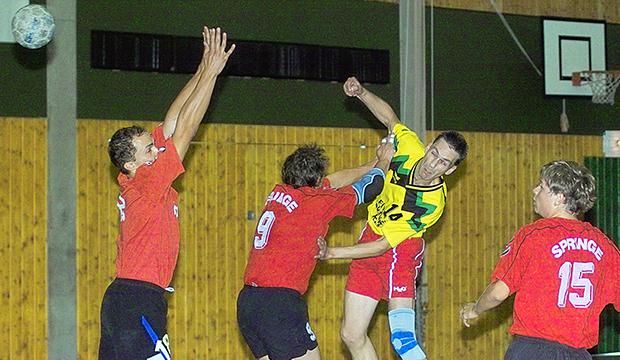 Rückraum-Ass: Falko Sehnke (gelbes Trikot) ist der Mann für alle Fälle – als Aktiver, Trainer und Funktionär.