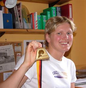 Goldmedaille: Birte Steven nach ihrem Sieg bei den Deutschen Meisterschaften (2004).