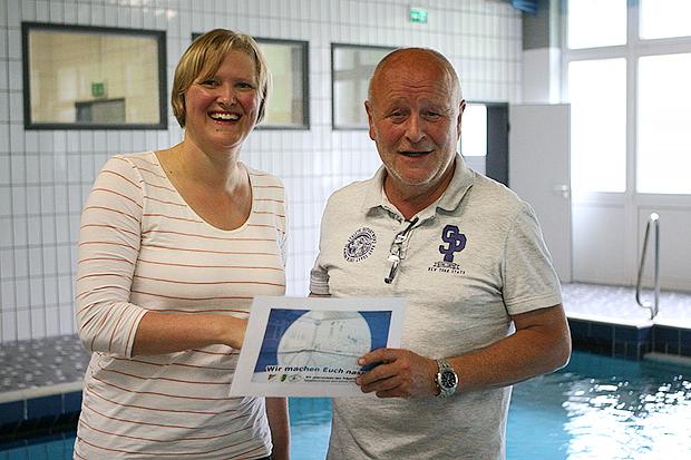 Gute Aktion: Die ehemalige Leistungsschwimmerin Birte Steven und Wolfgang Meier werben gemeinsam für den Trägerverein des Lehrschwimmbeckens. Fotos: Bratke