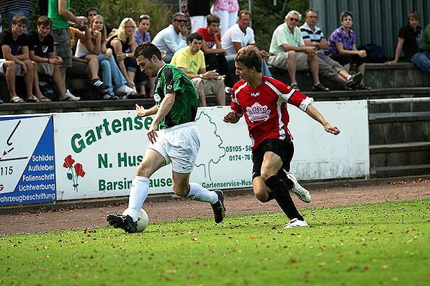 In Aktion: Heiko Tegt (links) als Offensivkraft beim TSV Barsinghausen – hier in einer Szene aus der Saison 2009/2010. Foto: Bratke