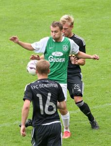 Eng gedeckt: Barsinghausens Robert Just kommt gegen Germanias Yannick Oelmann nicht zum Zuge.