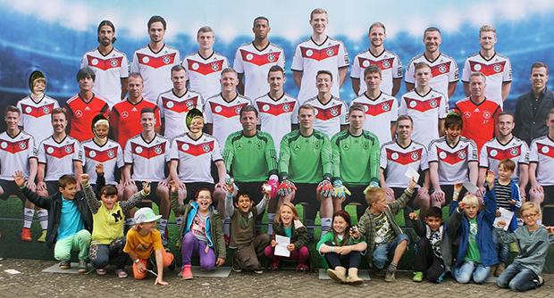 Kooperation Schule + Verein: Die Kids der Adolf-Grimme-Schule aus der Fußball-AG des TSV Barsinghausen vor der Deutschen Nationalmannschaft