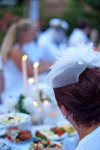 Romantik vor der Klosterkirche: Mit Tüll und Kerzenschein den Abend genießen. Fotos: Carmen Eickhoff-Klouvi