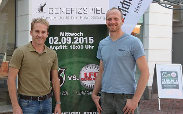 FOTO: Ex-96-Profi Markus Miller (rechts) und RES-Geschäftsführer Jan Baßler präsentieren.