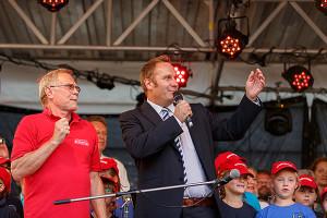 Start frei: Stadtfest-Cheforganisator Klaus Danner und Bürgermeister Marc Lahmann (rechts) geben den Kanonieren das Signal zur Stadtfest-Eröffnung. foto:kasse