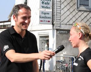 Hat Spaß: Initiator Hendrik Heüveldop lädt die Läufer und Läuferinnen auch schon mal zum Kurzinterview ein. Fotos: Bratke