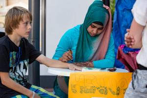 Multikulturell: Die junge Generation am Henna-Tattoo-Stand.