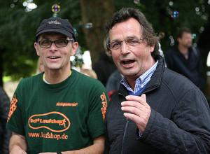 FOTO 01: Auf die Plätze: Hauptorganisator Marc Wilke (links) und Karl-Heinz-Neddermeier von Rat und Verwaltung gaben gemeinsam den Startschuss.