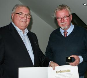 Ausgezeichnet: RSB-Vorsitzender Joachim Brandt (links) überreicht Lothar Brecht die Goldene Ehrennadel des Landessportbundes.
