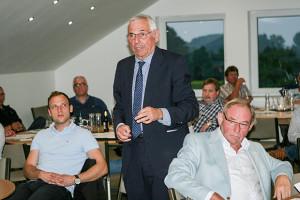 Neuer Mitgliedsverein: Karl Rothmund erläutert sein Thesenpapier. Zuvor hatte Tilman Zychlinski (links sitzend) den JFV Calenberger Land vorgestellt.