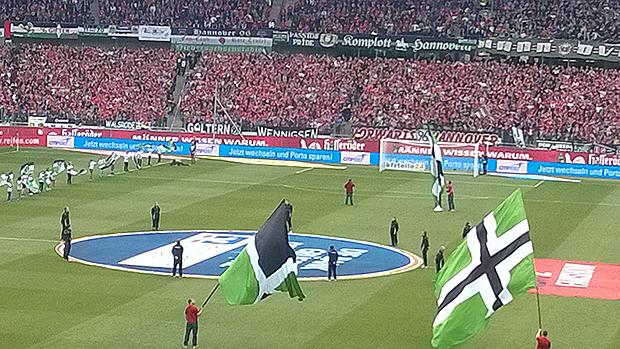 Stammplatz im 96-Stadion: Das Goltern-Banner hängt stets in der Nordkurve – daneben die Freunde aus Wennigsen und Walsrode. Fotos: privat
