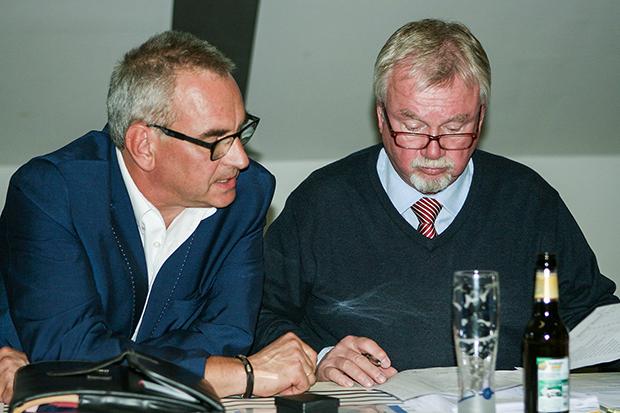 Sitzungsunterbrechung: Christoph Lobisch (links) und Lothar Brecht zählten die Wahlstimmen aus.