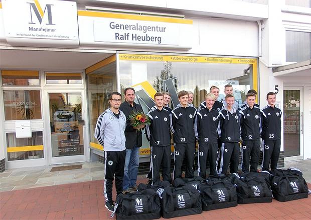 Neue Sporttaschen: Das Versicherungsbüro von Ralf Heuberg (Zweiter von links) spendierte den A-Junioren des JFV CL neue Sporttaschen. Foto: privat