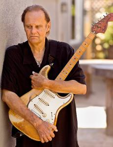 Voller neuer Lebenskraft: Walter Trout und seine Gitarre. Fotos: Greg Watermann