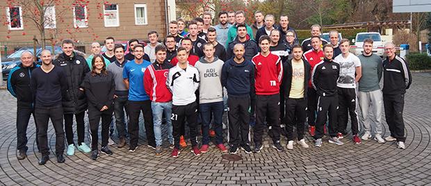 Bestanden: 29 Kandidaten bestanden die Prüfung zur B-Lizenz. Neben Alexander Wissel (vorn Fünfter von rechts) war auch der ehemalige Bundesligaprofi Jan Schlaudraff (Vierter von links) von Hannover 96 unter den Prüflingen. Foto: NFV