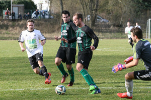 Als Aktiver: Alexander Wissel (links) ist ein Eigengewächs des TSV Kirchdorf und wechselte jüngst zum Nachbarn TSV Barsinghausen, wo er mit vorherigen Gegnern wie Dennis Mehrkens und Marcel Dunsing nunmehr gemeinsam in der Landesliga kickt. Foto: Bratke