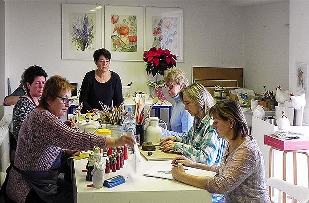 Kreative Runde: Das Künstlerinnenteam im Atelier Bungenberg auf Walhalla.