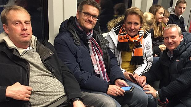 Mit Holland-Schal: Clementine Seebeck aus Egestorf trägt Oranjefarben.
