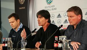 Pressekonferenz im Rittergut: Teammanager Oliver Bierhoff, Bundestrainer Jogi Löw und Pressesprecher Jens Grittner (von links).