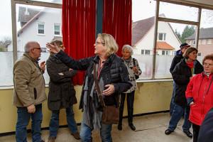 Viele Möglichkeiten: Karin Bremer (Mitte) führt die Besucher durch die ehemalige Krawattenfabrik.