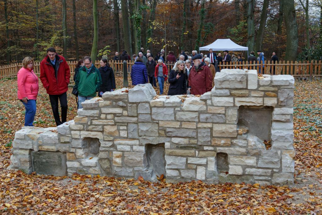 Reges Interesse: Zahlreiche Bürgerinnen und Bürger waren bei der Übergabe der historischen jüdischen Grabstätte dabei. foto:kasse