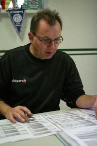 Kontrolle: Matze Sander überprüft die eingeteilten Staffeln und angesetzten Spielpaarungen. Fotos: Bratke