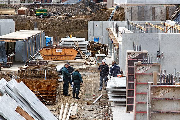 Kontrolle: Der Zoll hat ein waches Auge auf die Großbaustelle in der Bahnhofstraße. foto:kasse