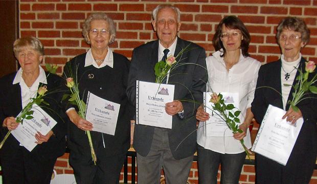Geehrt: Urkunden und Rosen gab es für (von links) Hannelore Miesner, Hildegard Dietrich, Walter Albach, Elisabeth Schreilechner und Inge Gramoll.