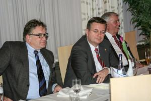 Aus dem Norden nach Frankfurt: Reinhard Grindel (Mitte) – hier bei einem NFV-Neujahrstreffen mit Regionspräsident Hauke Jagau (links) und NFV-Ehrenpräsident Engelbert Nelle (rechts).