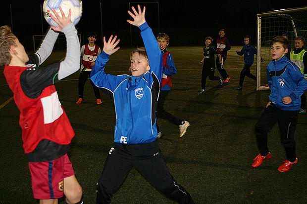 Bekanntes Spielchen: Zum Aufwärmen spielen Fußballer auch schon mal Handball – dann zählen nur Kopfballtore.