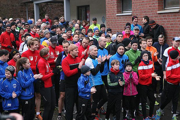 Angetreten: Der TSV Barsinghausen hofft zum 25. Jubiläum des Silvesterlaufes auf noch größere Resonanz als beim Start in 2014. Fotos: Bratke