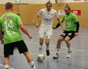 Gedoppelt: Germanias Jannik Oltrogge (Mitte) kann Fußball und Handball gleichermaßen gut.