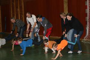 Mitmach-Aktion: Schubkarrenlauf in der Eltern-Kind-Konkurrenz – rechts die Sieger Monique und Ben Finke.