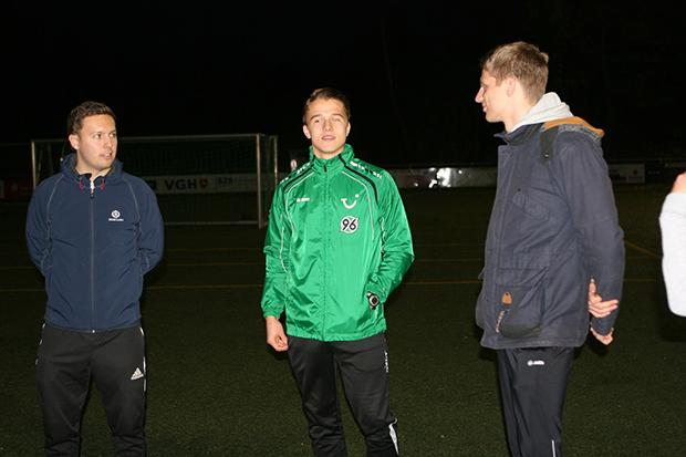 Landesliga trifft Profifußball: Alte Kontakte lässt Niklas Teichgräber nicht abreißen. Seine früheren HAG-Mitschüler Alexander Wissel (links) und Dennis Wischhusen (rechts) holten den 96-Profi zum United-Training nach Kirchdorf. Fotos: Bratke
