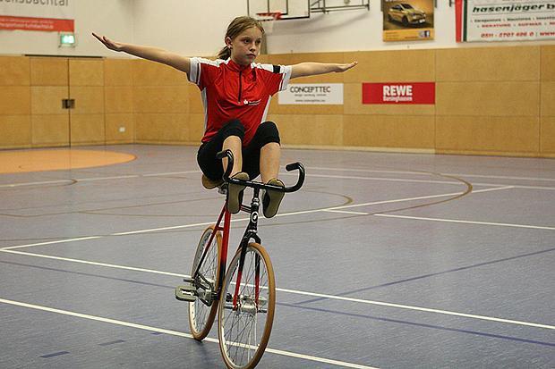 "Balance: Lisanne Lachmann vom RV Victoria fährt ""anders"" Fahrrad."
