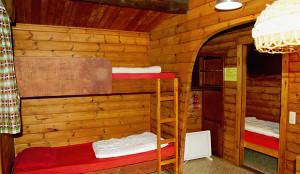 Sichere Unterkunft: Blick in eine der Hütten des Jugend-, Gäste- und Deminarhauses Gailhof.