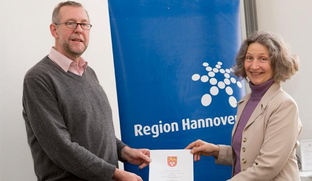 Erneut bestellt: Prof. Dr. Axel Priebs, Umweltdezernent der Region Hannover, überreicht Gabriele Kellein die Ernennungsurkunde.