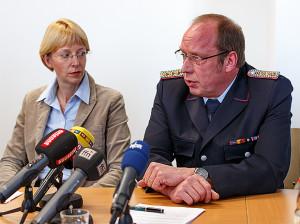 Erstattet Bericht: Stadtbrandmeister Dieter Engelke mit Staatsanwältin Kathrin Söfker (links).